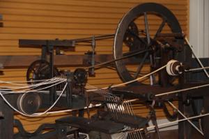 «Toyota Techno Museum» показывает историю «Toyota», начинавшуюся с текстильных машин. С этого ткацкого станка, который основатель автоконцерна Киитиро Тоёда изготовил для своей мамы, началась судьба автомобильного гиганта